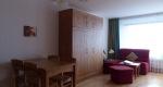Salon avec lit armoire et table